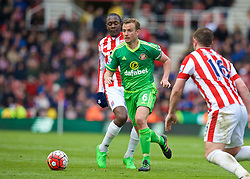 STOKE-ON-TRENT, ENGLAND - Saturday, April 30, 2016: Sunderland's Lee Cattermole in action against Stoke City during the FA Premier League match at the Britannia Stadium. (Pic by David Rawcliffe/Propaganda)