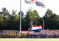 BREDA  (Neth) -   parachutist brengt de vlag   voor   de oefenwedstrijd hockey, tussen de vrouwen van Nederland en Spanje, in de Rabo Super Serie, in aanloop naar de spelen in Rio. COPYRIGHT  KOEN SUYK