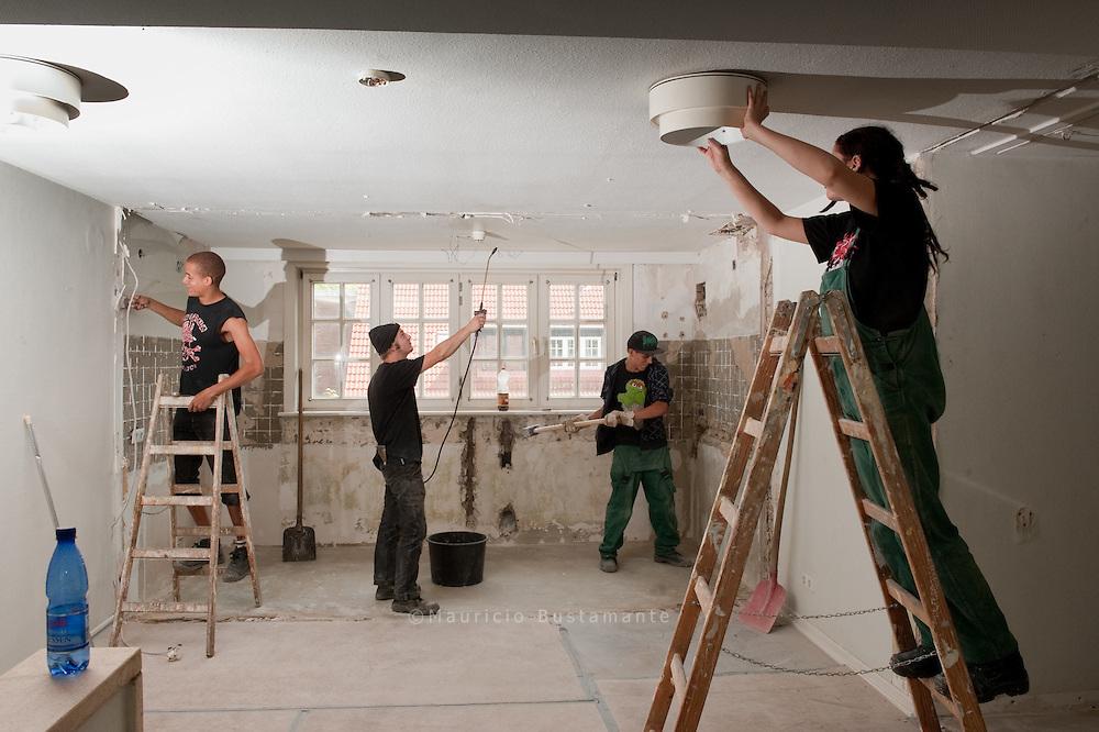 Tapeten abrei&szlig;en und W&auml;nde durchbrechen: Mit gro&szlig;em Einsatz helfen die Holstenpunx mit, aus einem alten Haus am<br /> Holstenkamp ihr NEUES ZUHAUSE zu machen. Bei ihrem Wohnprojekt hilft ihnen Stattbau.