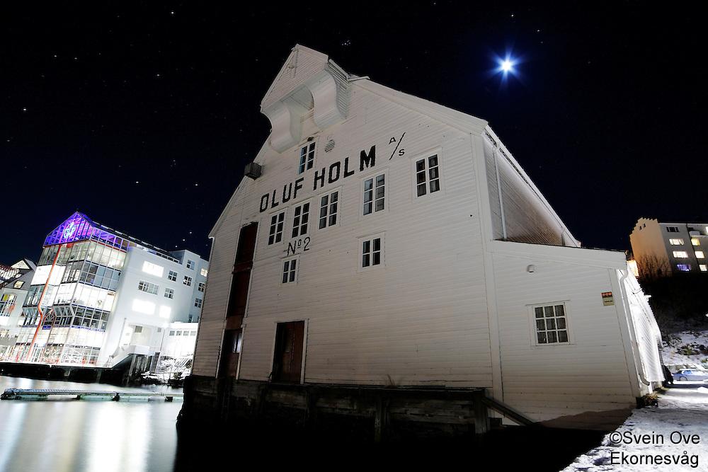 Ålesund 13012011.<br /> Måneskinn over Oluf Holm bua ved brosundet og Molja i Ålesund.<br /> Foto: Svein Ove Ekornesvåg