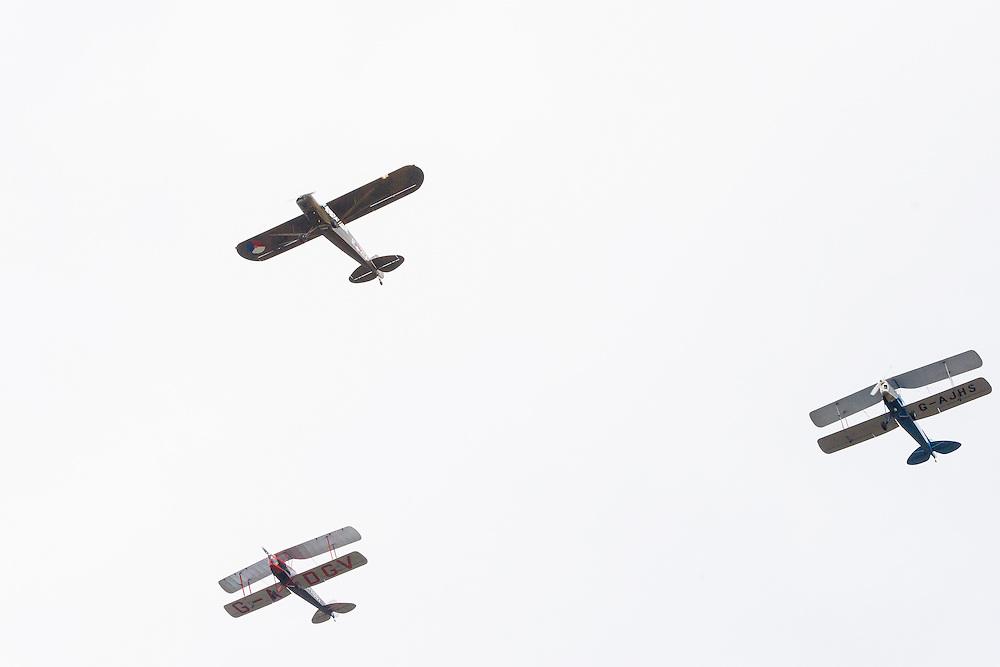 Nederland, Den Bosch, 20141024.<br /> fly pass van een drietal historische vliegtuigen van Vliegend Museum Seppe.<br /> de laatste gezamenlijke herdenking van &rsquo;s-Hertogenbosch en de bevrijders van de stad in 1944, The Royal Welsh.<br /> Als eerbetoon aan de Royal Welsh wordt een nieuwe brug over de Dieze in de stad genoemd naar hen: The Royal Welsh Brug.<br /> De offici&euml;le onthulling van de naam van de brug is na een spectaculaire overmeestering van de brug door onder andere de luchtmobiele brigade van het Regiment van Heutsz. Hierbij worden helikopters en vaartuigen ingezet. Gevolg door een fly pass van een drietal historische vliegtuigen van Vliegend Museum Seppe.<br /> <br /> Netherlands, Den Bosch, 20141024.<br /> the last joint commemoration of 's-Hertogenbosch and the liberators of the city in 1944, The Royal Welsh. <br /> As a tribute to the Royal Welsh is a new bridge over the Dieze in the city named after them: The Royal Welsh Bridge. <br /> The official unveiling of the name of the bridge after a spectacular conquest of the bridge including the brigade Regiment Heutsz. These are helicopters and vessels deployed. Followed by a fly pass of three historic aircraft Flying Museum Seppe.