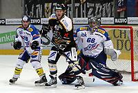 Ishockey<br /> Sveits<br /> 06.09.2008<br /> Foto: EQ Images/Digitalsport<br /> NORWAY ONLY<br /> <br /> Klotens Patrick Sidler und Torhueter Ronnie Rueeger gegen Luganos Patrick Thoresen