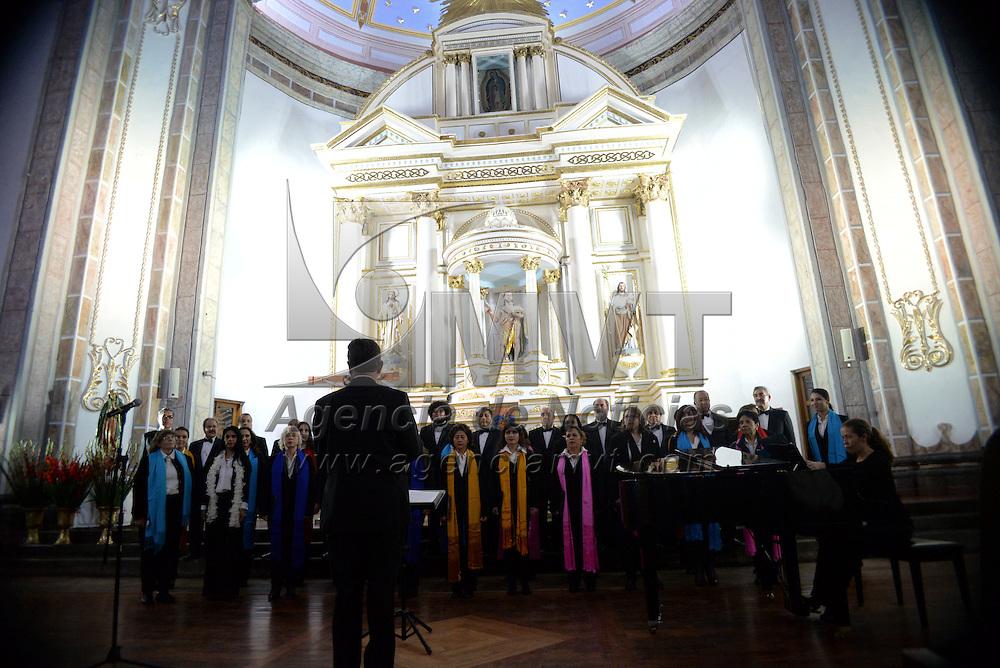 Metepec, México.- Convivium Musicum ofreció un concierto de música vocal en la Parroquia de San Juan Bautista como parte de las actividades del Festival Internacional de Arte y Cultura Quimera 2014. Agencia MVT / Crisanta Espinosa