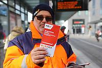 Mannheim. 01.03.17 | BILD- ID 078 |<br /> Innenstadt. Plankenumbau. Auswirkungen auf den Stra&szlig;enbahnverkehr. Am Hauptbahnhof informieren rnv Mitarbeiter &uuml;ber die Plan&auml;nderungen und Streckenverbindungen.<br /> - rnv Mitarbeiter G&uuml;nter Daum<br /> Bild: Markus Prosswitz 01MAR17 / masterpress (Bild ist honorarpflichtig - No Model Release!)