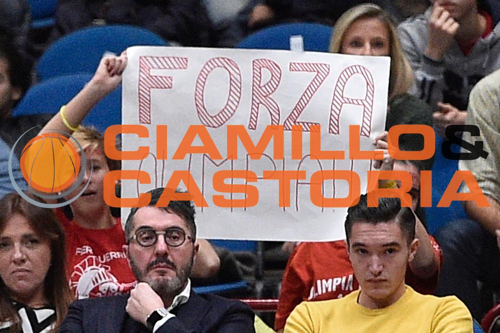 DESCRIZIONE : Milano Lega A 2015-16 EA7 Emporio Armani Milano Giorgio Tesi Group Pistoia<br /> GIOCATORE : tifosi<br /> CATEGORIA : <br /> SQUADRA : EA7 Emporio Armani Milano<br /> EVENTO : Campionato Lega A 2015-2016<br /> GARA : EA7 Emporio Armani Milano Giorgio Tesi Group Pistoia<br /> DATA : 01/11/2015<br /> SPORT : Pallacanestro <br /> AUTORE : Agenzia Ciamillo-Castoria/GiulioCiamillo<br /> Galleria : Lega Basket A 2015-2016<br /> Fotonotizia : Milano Lega A 2015-16 EA7 Emporio Armani Milano Giorgio Tesi Group Pistoia