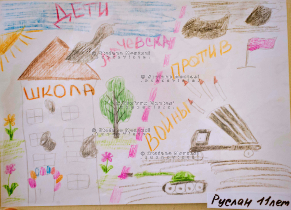 "Roma 17 Ottobre 2015<br /> La mostra internazionale dei disegni dei bambini ""Il mondo con gli occhi degli innocenti"", organizzata, dall'associazione culturale Speranza, presso il centro didattico ""Nikolaj Gogol'"" a Roma, disegni dei bambini di Lugansk e Alchevsk nella regione del Donbass che hanno vissuto per oltre un anno sotto i bombardamenti durante la guerra civile in Ucraina.<br /> Rome 17 October 2015<br /> The international exhibition of children's drawings ""The world through the eyes of the innocent"", organized by cultural association Hope, at the educational center ""Nikolai Gogol' 'in Rome, children's drawings of Lugansk and Alchevsk in the Donbass region that they lived for over a year under bombardment during the civil war in Ukraine."