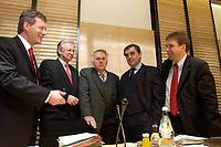 12 DEC 2003, BERLIN/GERMANY:<br /> Christian Wulff, CDU, Ministerpraesident Niedersachsen, und Roland Koch, CDU, Ministerpraesident Hessen, Wolfgang Boehmer, CDU, Ministerpraesident Sachsen-Anhalt, Peter Mueller, CDU, Ministerpraesident Saarland, und Dieter Althaus, CDU, Ministerpraesident Thueringen, (v.L.n.R.), im Gespraech, vor Beginn der Sitzung des Vermittlungsausschusses, Bundesrat<br /> IMAGE: 20031212-01-034<br /> KEYWORDS: Gespräch, Peter Müller, Wolfgang Böhmer