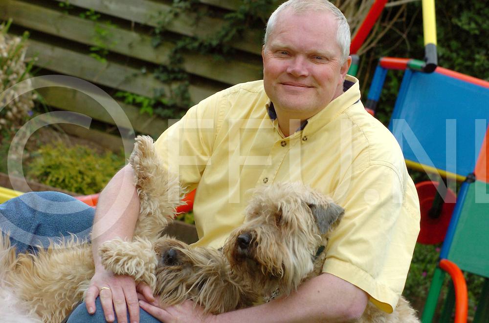 060501,hardenberg,ned<br /> Gert Siekman gaat als scheidsrechter naar WK<br /> foto: Siekman met zijn terriers<br /> fotografie frank uijlenbroek&copy;2006 frank uijlenbroek