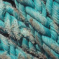 Soga de nylon azul para uso marítimo.