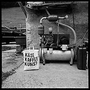 Zeiche, signs, typo, advertising, werbung, publicité: Zeichen und Schrift sind in unserem Alltag omnipräsent. Schilder und Piktogramme weisen den Weg, regeln den Verkehr und organisieren Besucherströme. Auf Schritt und Tritt werden wir von Werbebotschaften bombardiert, attraktive Typografie, Bild gewordene Sprache, Logos und Worte appellieren an unser Unbewusstes, locken und verführen, buhlen um Aufmerksamkeit und Kaufkraft. © Romano P. Riedo