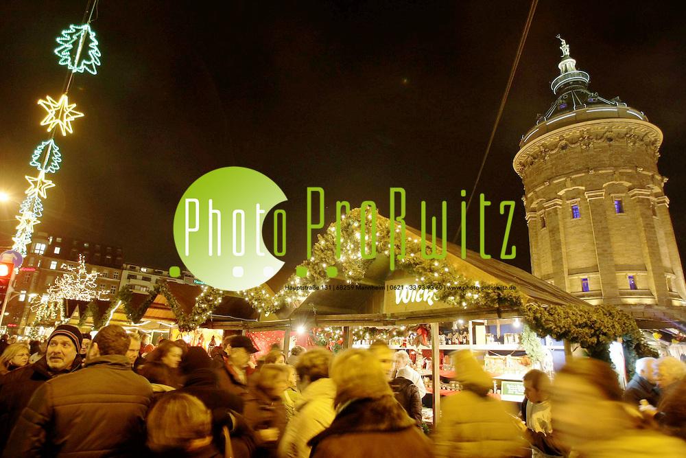 Mannheim. Weihnachtsmarkt 2008. Am Wasserturm sind Buden aufgebaut, die weihnachtlichen glanz in die Stadt, bei eisigen Temperaturen, bringen. <br /> <br /> <br /> Bild: Markus Pro&szlig;witz<br /> <br /> ++++ Archivbilder und weitere Motive finden Sie auch in unserem OnlineArchiv. www.masterpress.org ++++