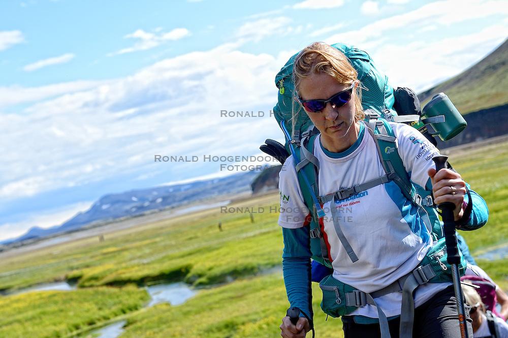 06-07-2014 NED: Iceland Diabetes Challenge dag 2, Landmannalaugar <br /> Trek van Landmannalaugar naar Hrafntinnusker. Een prachtige trekking door de hooggebergte van Landmannalaugar met veel kleuren, sneeuw, gletsjers en zwarte landschappen / Sasja