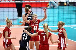 27-09-2015 NED: Volleyball European Championship Nederland - Polen, Apeldoorn<br /> Nederland verslaat Polen met 3-1 / Natalia Kurnokowska #15, Kamila Ganzszczyk #18, Joanna Wolosz #14