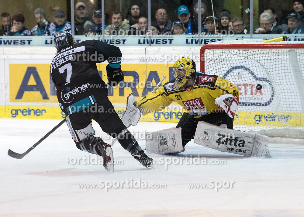 11.02.2018, Keine Sorgen Eisarena, Linz, AUT, EBEL, EHC Liwest Black Wings Linz vs Vienna Capitals, Platzierungsrunde, im Bild Brian Lebler (EHC Liwest Black Wings Linz), scort gegen Tormann Matthias Tschrepitsch (Vienna Capitals) // during the Erste Bank Icehockey League placement round between EHC Liwest Black Wings Linz and Vienna Capitals at the Keine Sorgen Icearena, Linz, Austria on 2018/02/11. © 2018, PhotoCredit: EXPA/ Reinhard Eisenbauer