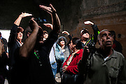 Pompei, Napoli. Turisti in visita agli scavi archeologici di Pompei si coprono gli occhi, abbagliati dalla  luce proveniente dall'alto del soffitto all'interno delle Terme Stabiane; A group of tourists inside the Baths Stabiane of archaeological site of Pompeii.