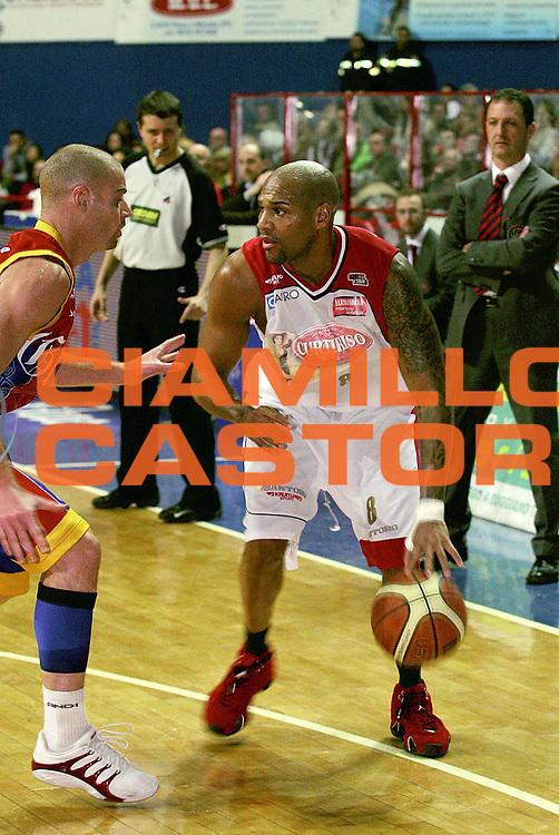 DESCRIZIONE : Montecatini Lega A2 2005-06 Agricola Gloria RB Montecatini Terme Curtiriso A.S. Junior Casale Monferrato<br /> GIOCATORE : Robinson<br /> SQUADRA : Curtiriso A.S. Junior Casale Monferrato<br /> EVENTO : Campionato Lega A2 2005-2006<br /> GARA : Agricola Gloria RB Montecatini Terme Curtiriso A.S. Junior Casale Monferrato<br /> DATA : 19/03/2006<br /> CATEGORIA : Palleggio<br /> SPORT : Pallacanestro<br /> AUTORE : Agenzia Ciamillo-Castoria/Stefano D'Errico