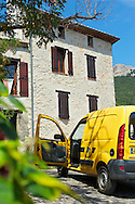 Cammionette de la Poste à Duilhac-sous-Peyrepertuse, Hautes Corbieres, Aude, France