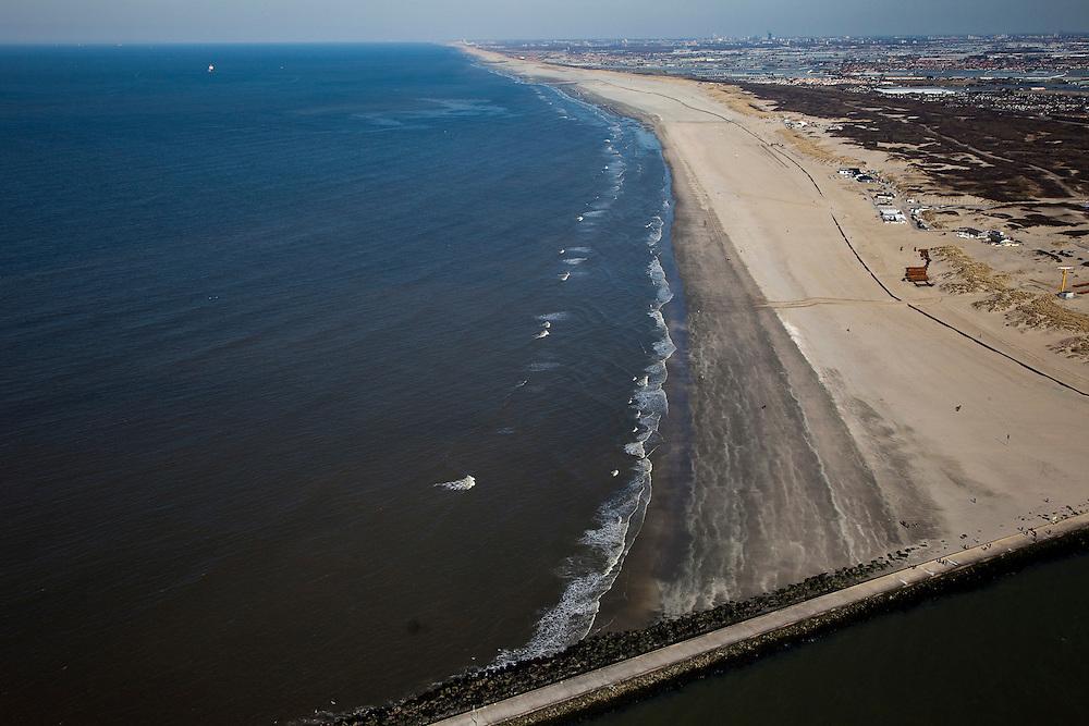 Nederland, Zuid-Holland, Hoek van Holland, 18-03-2009; Versterking van de kust van Delfland bij Hoek van Holland. Ingang van de Nieuw Waterweg, Noorderdam en Noorderhoofd, in de voorgrond..Het strand is door middel van zandsuppletie verbreed, de zandpersleidingen liggen nog op het strand. De Delflandse kust is bekend als een van de 'zwakke schakels'. Achter de duinen de kassen van het Westland, aan de verre horizon de skyline van Den Haag. .The coast of Delfland, near Hoek van Holland has been strengthened by means of sand-supplementation, the high pressure pipes are still on the beach. This coast is one of the so-called 'weak-links' because of the weakness of the dunes. At the horizon the skyline of The Hague..Swart collectie, luchtfoto (toeslag); Swart Collection, aerial photo (additional fee required); .foto Siebe Swart / photo Siebe Swart