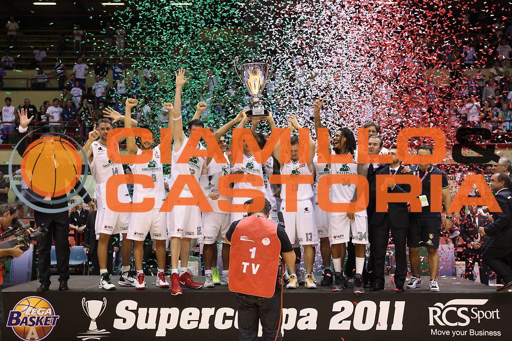 DESCRIZIONE : Forli Lega A 2011-2012 Supercoppa Italiana Montepaschi Siena Bennet Cantu<br /> GIOCATORE : La squadra campione<br /> SQUADRA : Montepaschi Siena<br /> EVENTO : Supercoppa Italiana 2011<br /> GARA : Montepaschi Siena Bennet Cantu<br /> DATA : 01/10/2011<br /> CATEGORIA : award premiazione<br /> SPORT : Pallacanestro <br /> AUTORE : Agenzia Ciamillo-Castoria/ElioCastoria<br /> Galleria : Lega Basket A 2011-2012 <br /> Fotonotizia : Forli Lega A 2011-2012 Supercoppa Italiana Montepaschi Siena Bennet Cantu<br /> Predefinita :