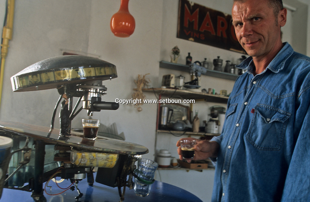 = Bosbach artiste allemand; atelier dans la digue du port  Marseille  France  /// workshop of Bosbach German artist. in the port.  Marseille  France   +