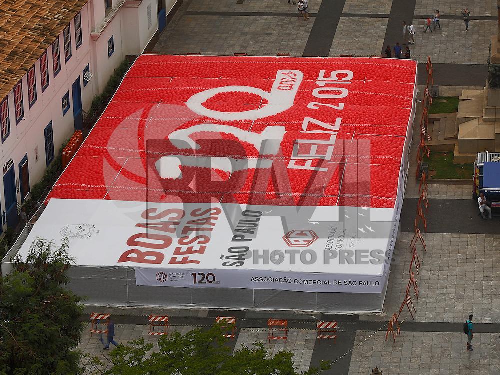 SAO PAULO, SP, 30.12.2014 - BALOES ASSOCIACAO COMERCIAL DE SAO PAULO - A Associação Comercial de São Paulo (ACSP) comemora a virada do ano com a tradicional soltura de 55 mil balões biodegradáveis, no Pátio do Colégio, nesta terça-feira, 30. (Foto: Adriana Spaca / Brazil Photo Press).