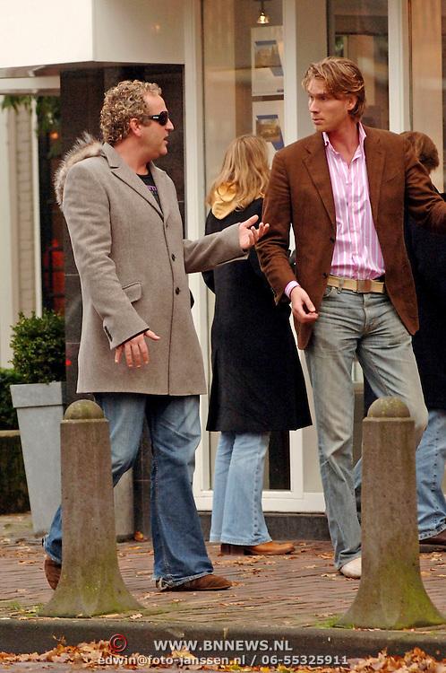 NLD/Laren/20051126 - Gordon en vriend Emile wandelend in Laren