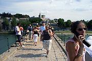 Frankrijk, Avignon, 23-8-2006..Toeristen staan op de pont d avignon, terwijl zij naar een historische uitleg luisteren via een elektronische gids.Op de achtergrond het palais du papes, het vroegere paleis van de paus...Foto: Flip Franssen/Hollandse Hoogte