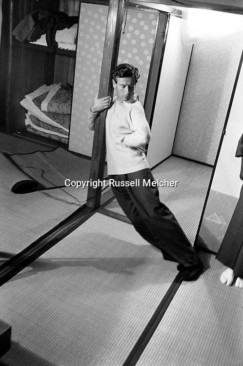 Peter Townsend famous ex-fianc&eacute; of Princess Margaret of England, during his trip around the World in a Japanese tea house stretching out after squatting down for tea drinking ceremony.<br /> <br /> <br /> Peter Townsend, c&eacute;l&egrave;bre ex-fianc&eacute; de la princesse Margaret d'Angleterre , lors de son voyage autour du monde dans une maison de th&eacute; japonaise s'etirant apr&egrave;s etre accroupie pour la c&eacute;r&eacute;monie de boire du th&eacute; .