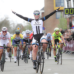DELFZIJL wielrennen, De eerste etappe van de Energiewachttour 2014 werd verreden rond Delfzijl. Kirsten Wild wind de eerste etappe