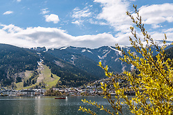 THEMENBILD - Blick über den Zeller See auf die Stadt Zell am See und der Schmittenhöhe, aufgenommen am 1. Mai 2017, Zell am See, Österreich // View over the Zeller Lake to the town of Zell am See and the Mountain Schmittenhöhe at Zell am See, Austria on 2017/05/01. EXPA Pictures © 2017, PhotoCredit: EXPA/ JFK