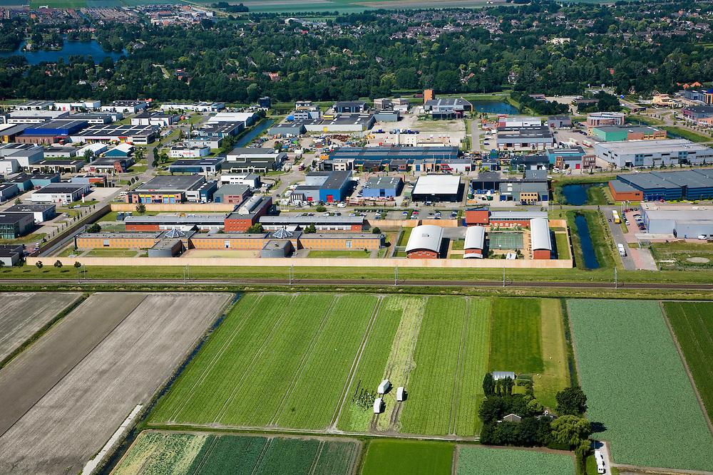 Nederland, Noord-Holland, Broek op Langedijk, 14-07-2008; Gemeente Langedijk; zicht op het bedrijventerrein Zandhorst (Broekhornpolder), met direkt aan de spoorlijn het complex van De penitentiaire inrichting Noord-Holland Noord, Unit Zuyder Bos (huis van bewaring en een gevangenis voor mannen); aantasting van het landschap van de Polder Heerhugowaard (in de voorgrond), verrommeling, verpaupering van het landschap; . .luchtfoto (toeslag); aerial photo (additional fee required); .foto Siebe Swart / photo Siebe Swart