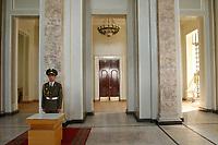 20 OCT 2001, DUSCHANBE/TAJIKISTAN:<br /> Wachsoldat im Amt des Praesidenten der Republik Tadschikistan<br /> IMAGE: 20011020-01-006<br /> KEYWORDS: Soldat, soldier