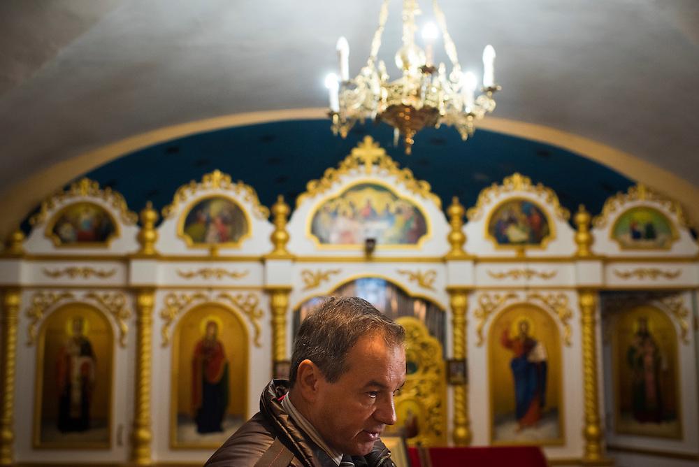 Michel Terestchenko raconte, toujours avec enthousiasme, la vie de ses anc&ecirc;tres dans la crypte de  l'&eacute;glise des Trois Anasties, 8 December 2015 &agrave; Hlukhiv, Ukraine.<br /> <br /> Michel Terestchenko discusses his ancestors' link to Ukraine in his family crypt in one of Hlukhiv's churches on December 8, 2015 in Hlukhiv, Ukraine.