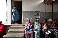 06 OCT 2009, ARUSHA/TANZANIA:<br /> Eine Krankenschwester und waertende Muetter mit Ihren Kleinkindern, Ngarenaro Health Center, ONE Informationsreise nach Tansania, Arusha / Kilimandscharo<br /> IMAGE: 20091006-01-127<br /> KEYWORDS: Reise, Trip, Afrika, Africa, Gesundheit, Gesundheitszentrum, Mutter, Mütter, Kind, Kinder