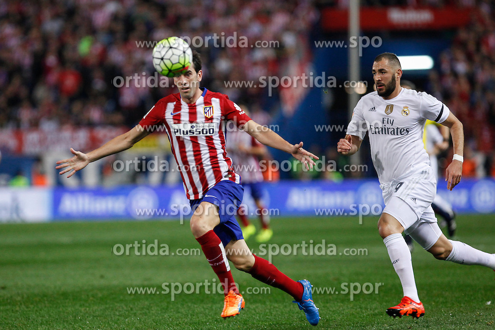 04.10.2015, Estadio Vicente Calderon, Madrid, ESP, Primera Division, Atletico Madrid vs Real Madrid, 7. Runde, im Bild Atletico de Madrid&acute;s Godin (L) and Real Madrid&acute;s Karim Benzema // during the Spanish Primera Division 7th round match between Atletico Madrid and Real Madrid at the Estadio Vicente Calderon in Madrid, Spain on 2015/10/04. EXPA Pictures &copy; 2015, PhotoCredit: EXPA/ Alterphotos/ Victor Blanco<br /> <br /> *****ATTENTION - OUT of ESP, SUI*****