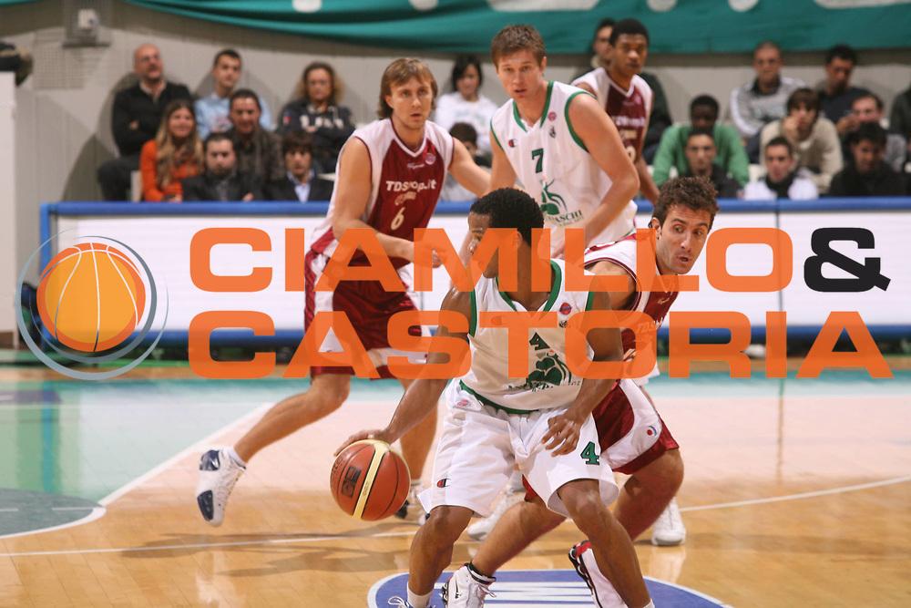 DESCRIZIONE : Siena Lega A1 2006-07 Montepaschi Siena Tdshop.it Livorno <br />GIOCATORE : Forte<br />SQUADRA : Montepaschi Siena<br />EVENTO : Campionato Lega A1 2006-2007 <br />GARA : Montepaschi Siena Tdshop.it Livorno <br />DATA : 11/11/2006 <br />CATEGORIA : Difesa Palleggio<br />SPORT : Pallacanestro <br />AUTORE : Agenzia Ciamillo-Castoria/G.Ciamillo