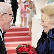 NLD/Amsterdam/201200704 - Inloop Koninging Beatrix bij afscheid Hans van Manen, Ted Branse, directeur van het Nationale Ballet , Hans van Manen begroeten Beatrix