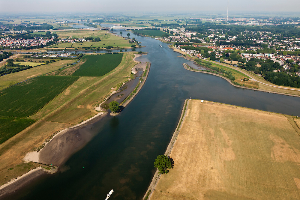 Nederland, Zuid-Holland, Vianen, 08-07-2010; Uiterwaarden van de Lek ingang Lekkanaal  en Nieuwegein (re). Op het tweede plan ingang van het Merwedekanaal (li), Lekbrug Vianen (Jan Blankenbrug) .Floodplains of the Lek. Entrance of the Merwede canal (l), entrance Lek canal and Nieuwegein (r). Vianen bridge at the horizon. .luchtfoto (toeslag), aerial photo (additional fee required).foto/photo Siebe Swart
