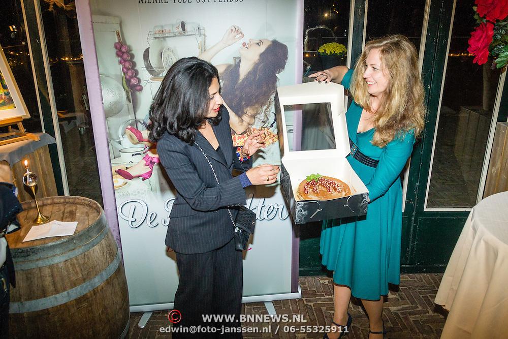 NLD/Hilversum/20161024 - Boekpresentatie 2e De Poepdokter - Bakt ze Bruin, door Wilfred Genee en partner Lili Pirayesh aan Nienke Tode - Gottenbos