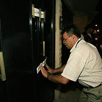 Metepec, Mex.- Agentes ministeriales de la policia municipal de Metepec, cumplen una orden de cateo al domicilio de Luz Cleofas Mondragón, segunda delegada priista en Metepec, en la calle de Atizapan número 30, colonia Izcalli Cuauhtemoc III, donde encontraron dos vehiculos robados, juegos de placas de circulación y autopartes; el domicilio fue abandonado desde el pasado sabado luego de que a travez de un sistema de localización satelital dieran con la ubicación de uno de los vehiculos ahi ocultos. Agencia MVT / Mario Vazquez de la Torre. (DIGITAL)<br /> <br /> <br /> <br /> <br /> <br /> <br /> <br /> NO ARCHIVAR - NO ARCHIVE
