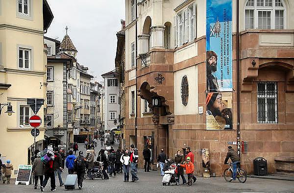Italie, Bolzano, 8-3-2008..Historisch museum,rechts, in het centrum van de stad. Bolzano, Bozen, is na de eerste wereldoorlog bij Italië gevoegd en is tweetalig. De bevolking is sterk gericht op Oostenrijk...Foto: Flip Franssen