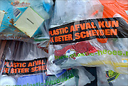 Nederland, Nijmegen, 24-8-2015Bij een appartementengebouw hangen zakken gevuld met plastic afval klaar om door de reinigingsdienst opgehaald te worden.FOTO: FLIP FRANSSEN/ HOLLANDSE HOOGTE
