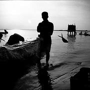 DAILY VENEZUELA / VENEZUELA COTIDIANA.DAILY VENEZUELA / VENEZUELA COTIDIANA.Fishermen, Zapara Island / Pescadores, Isla Zapara, Zulia State. Venezuela 2002.Photography by Aaron Sosa.(Copyright © Aaron Sosa)