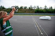 De Nijmeegse Ellen van Vugt van team Elan tijdens haar uurecordpoging. In Duitsland worden op de Dekrabaan bij Schipkau recordpogingen gedaan met speciale ligfietsen tijdens een speciaal recordweekend.<br /> <br /> Ellen van Vugt of team Elan at her hour record attempt. In Germany at the Dekra track near Schipkau cyclists try to set new speed records with special recumbents bikes at a special record weekend.