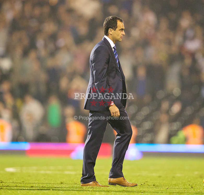 LONDON, ENGLAND - Tuesday, September 24, 2013: Everton's manager Roberto Martinez looks dejected as his side lose 2-1 to Fulham during the Football League Cup 3rd Round match at Craven Cottage. (Pic by David Rawcliffe/Propaganda)