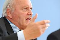 """30 SEP 2003, BERLIN/GERMANY:<br /> Roman Herzog, Bundespraesident a.D. und Vorsitzender der Kommission, Pressekonferenz zum Abschlussbericht der CDU-Kommission """"Soziale Sicherheit"""", Bundespressekonferenz<br /> IMAGE: 20030930-03-019<br /> KEYWORDS: Renten-Kommission, Bundespräsident, BPK"""