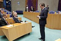 Nederland. Den Haag, 18 februari 2010. <br /> Pectold, D66, bij de PVV vfractie met Wilders, de Roon, Agema en Bosma. Partij voor de Vrijheid. <br /> Spoeddebat in de Tweede Kamer over de ontstane crisissituatie binnen het kabinet over Uruzgan, daags voor de val van het vierde kabinet Balkenende. Een dag later valt het kabinet. kabinetscrisis, vak kabinet, Balkenende IV, Balkenende Vier, politiek, coalitie<br /> Foto Martijn Beekman
