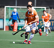 AMSTELVEEN  - Hockey -  1e wedstrijd halve finale Play Offs dames.  Amsterdam-Bloemendaal (5-5), Bl'daal wint na shoot outs. Glenn Schuurman (Bldaal) met Billy Bakker (A'dam)     COPYRIGHT KOEN SUYK