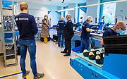 Koningin Maxima tijdens een werkbezoekaan technologiebedrijf Demcon in Enschede. Het bezoek vond plaats in het kader van de uitbraak van het coronavirus (COVID-19). Demcon heeft een beademingssysteem ontwikkeld, getest en geproduceerd dat geschikt is voor de beademing van patiënten op de intensive care.  <br /> <br /> Queen Maxima during a working visit to technology company Demcon in Enschede. The visit took place in the context of the coronavirus outbreak (COVID-19). Demcon has developed, tested and manufactured a ventilation system that is suitable for the ventilation of patients in intensive care.