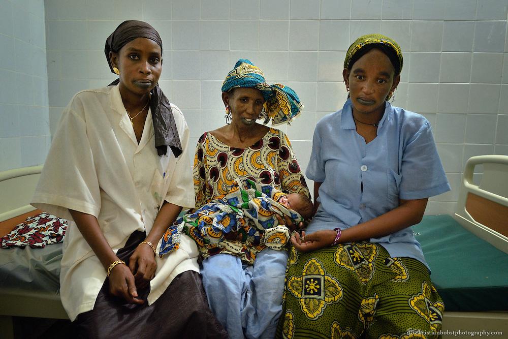 Mit der Unterstützung von HEKS konnten in YOUNOUFERE in Senegal zwei Frauen als Hebammen ausgebildet werden. Diese leisten einen grossen Beitrag zur Senkung der Kindersterblichkeit in der entlegenenGegend. Sie sind im kleinen Spital der Ortschaft im Einsatz.